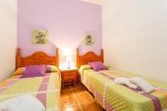 dormitorio-dos-camas-violeta