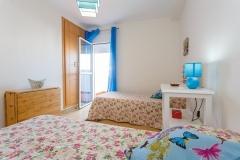 dormitorio-dos-camas-puerta